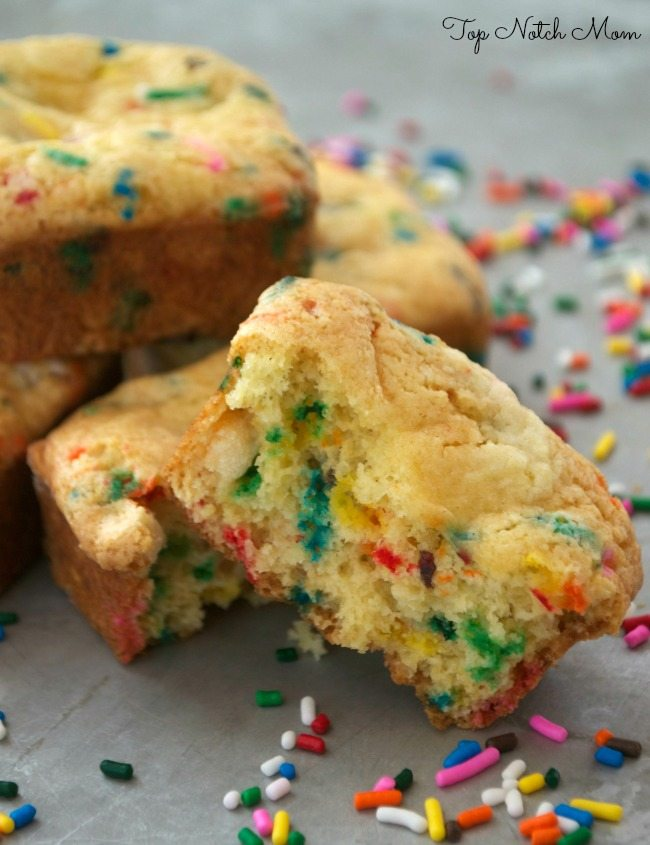 Easy Cake Batter Blondie Bar | Top Notch Mom Contributor Post | www.jugglingactmama.com